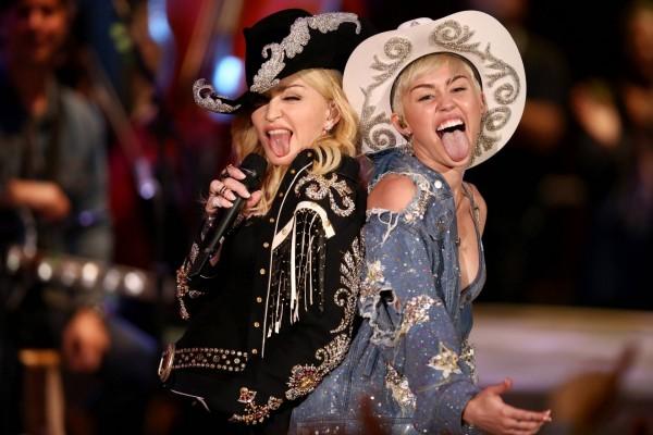 Las cantantes Miley Cyrus y Madonna
