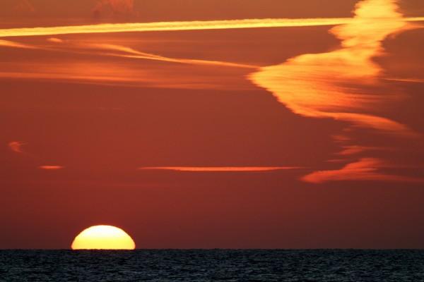 Un espectacular atardecer junto al mar