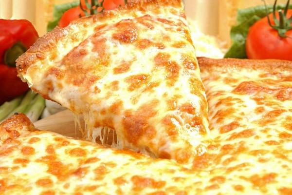 Una deliciosa pizza con abundante queso