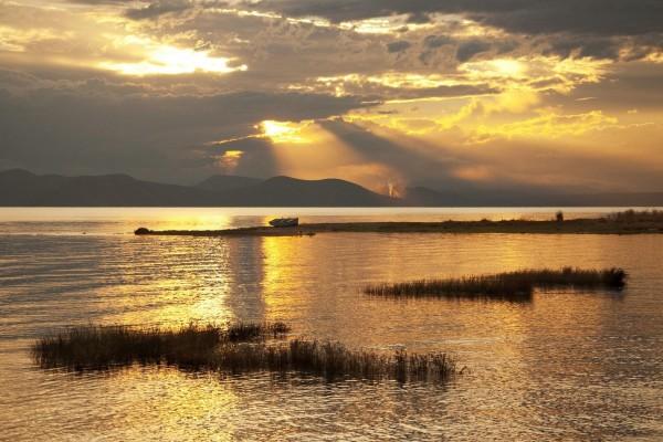 Bote solitario en el lago al atardecer