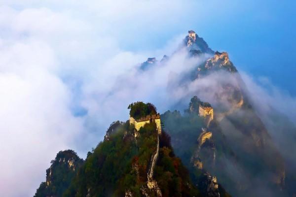 La gran muralla China entre las nubes
