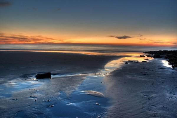 Horizonte dorado en una playa