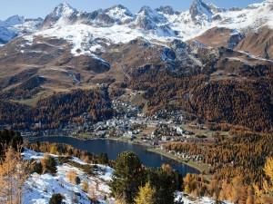 Vista de una ciudad junto a un lago entre montañas