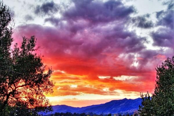 Colorido cielo sobre las montañas