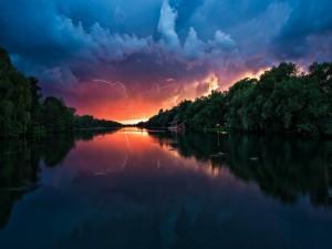Vista de un río antes de que comience la tormenta