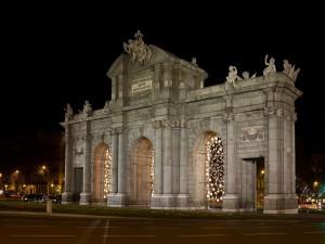 Puerta de Alcalá con luces navideñas (Madrid, España)