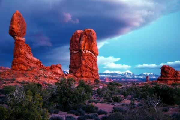 Nubes oscuras en mitad del cielo sobre unas rocas