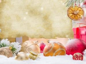 Hoja de papel y adornos navideños