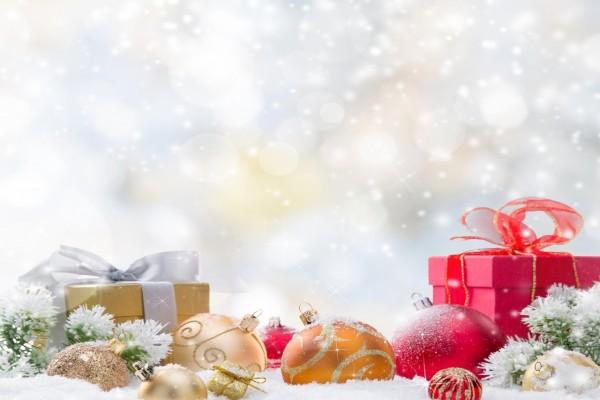 Regalos y adornos de Navidad en la nieve