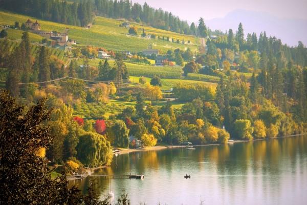 Bellas casas junto a un lago