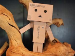 Postal: Danbo sobre un tronco retorcido
