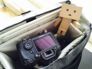 Danbo junto a una cámara de fotos