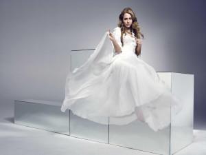 Postal: Miley Cyrus con un bonito vestido blanco