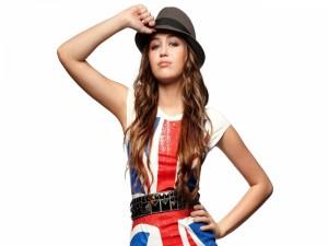 La actriz y cantante Miley Cyrus con un sombrero