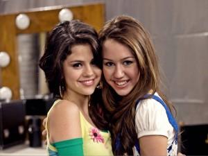 Postal: Miley Cyrus y Selena Gomez