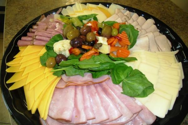Plato con embutidos, quesos y encurtidos