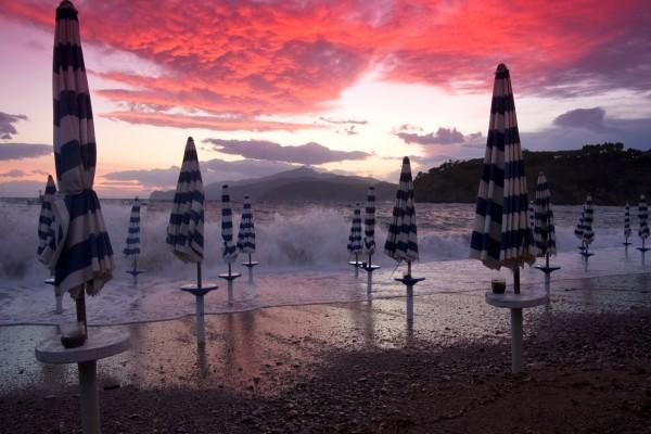Sombrillas cerradas en una playa