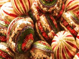 Bolas con colores y brillantina para Navidad
