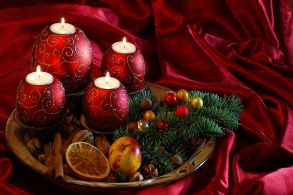 Velas y otros adornos navideños