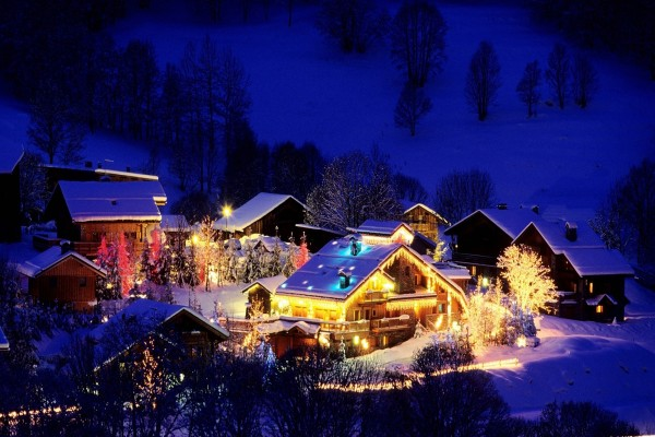 Noche de Navidad en una pequeña aldea cubierta de nieve