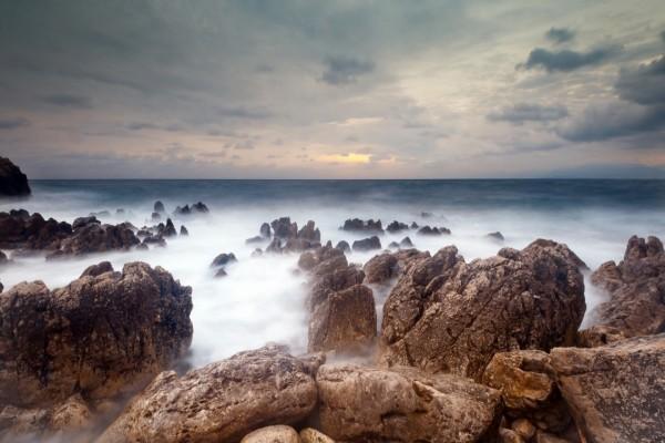 Bruma entre las rocas del mar