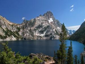 Montañas rodeando un lago