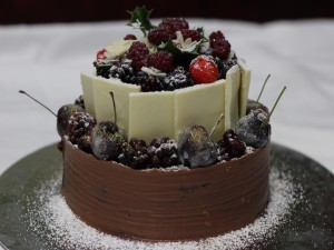 Postal: Rica tarta de chocolates y frtos rojos para Navidad