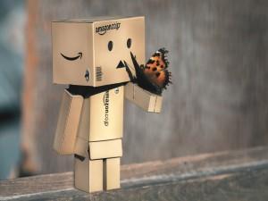 Postal: Una mariposa posada en el brazo de Danbo