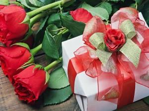 Postal: Rosas rojas y un regalo