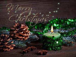 Postal: Vela, conos y ramas de pino para adornar en Navidad