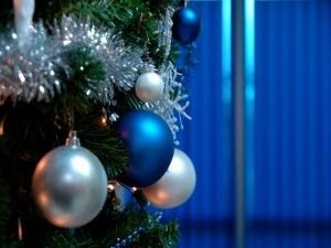 Postal: Adornos colgados de un árbol de Navidad