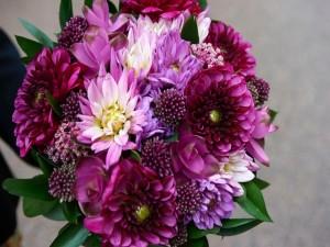 Un sensacional ramo de flores color púrpura