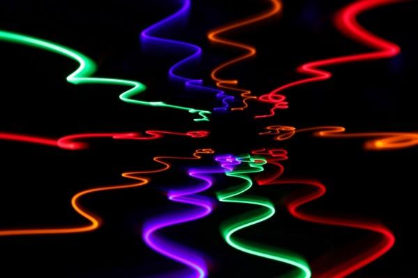 Líneas con luz y color en fondo negro