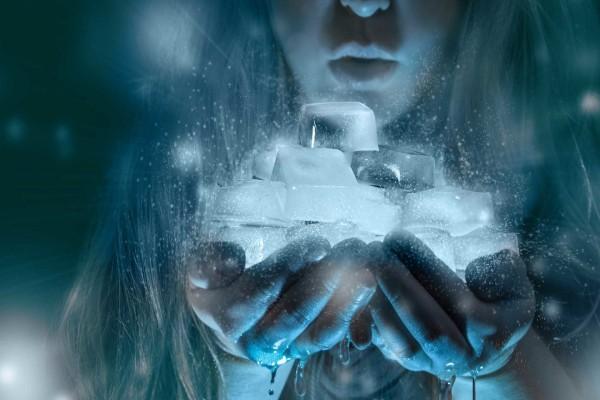 Una niña con hielo en las manos