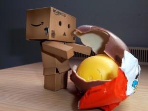 Postal: Danbo abriendo un huevo Kinder