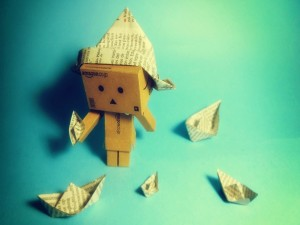 Postal: Danbo y barquitos de papel