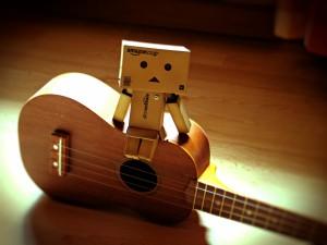 Danbo sentado en una guitarra