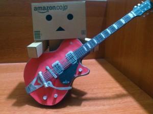 Danbo tocando una guitarra