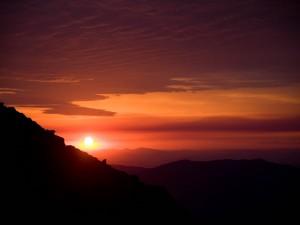 Un bello cielo al atardecer sobre grandes montañas