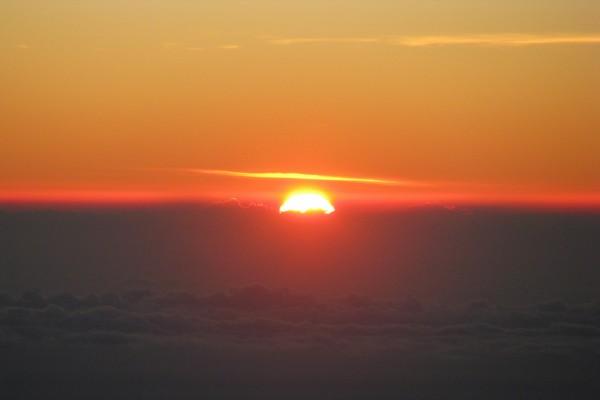 El sol entre nubes al llegar la tarde
