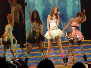 Postal: Miley Cyrus y bailarinas en un concierto