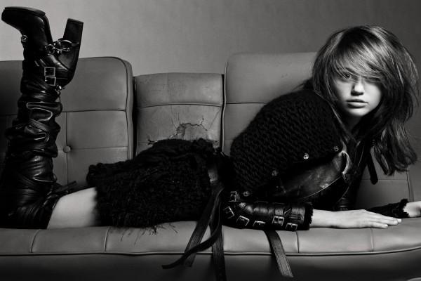 Miley Cyrus sobre un sofá