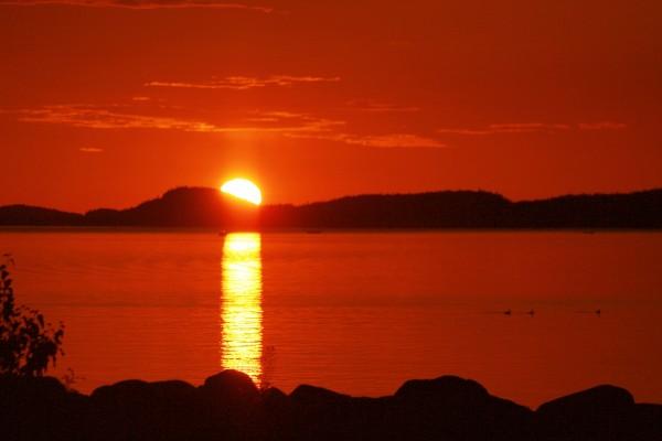 El sol al atardecer reflejado en un lago