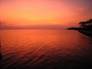 Cielo reflejado en el agua al atardecer