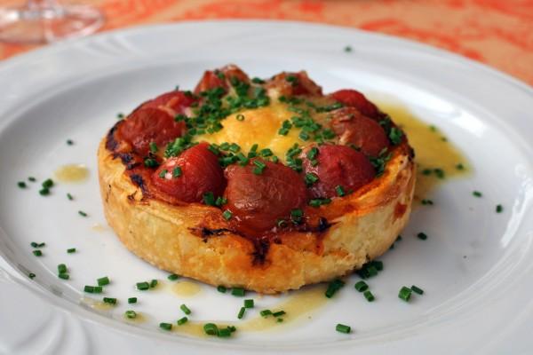 Pastel de hojaldre con tomates y huevo
