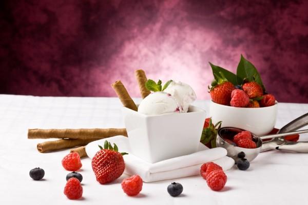 Un delicioso helado y frutas rojas frescas