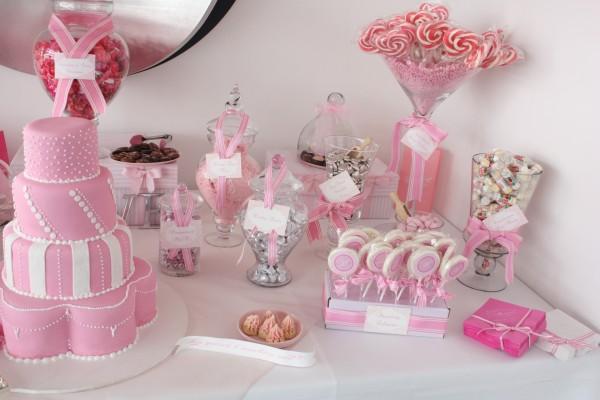 Tarros con caramelos y una tarta rosa