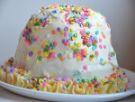 Un pastel cubierto de sprinkles de colores