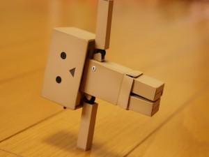 Postal: Danbo en equilibrio sobre un brazo