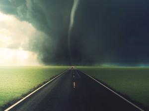 Postal: Tornado al final de la carretera